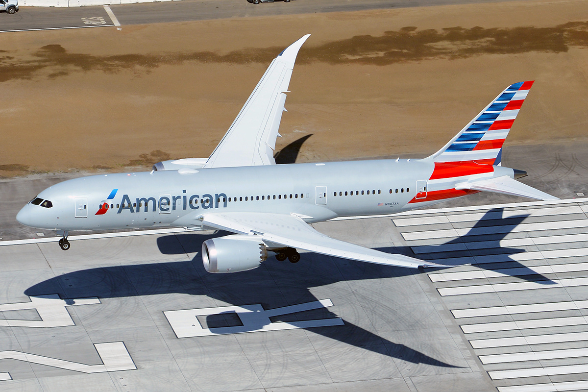 American_Airlines_Boeing_787-8_landing_at_LAX